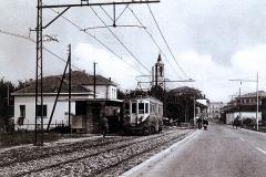 Anni 50- Fermata Tram -in fondo il cinema e l'insegna della benzina Esso...