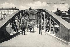 uomini sul ponte di ferro