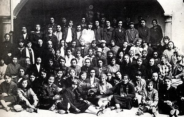 1895-_Operaie_del_Duca_Visconti_di_Modrone_con_la_redina_in_testa-Archivio_Riva